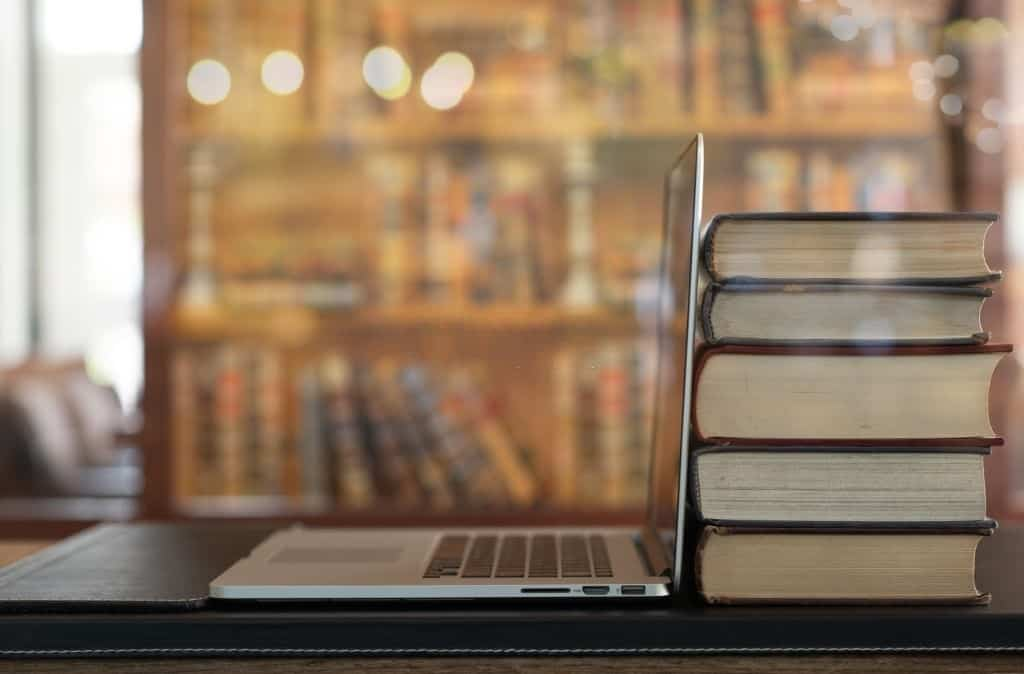 GMAT-Portatil-y-libros